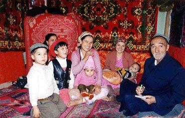 新疆維吾爾自治区に住むウイグル族の家族 ┌-------- 日本国内での... 国策でウイグル・